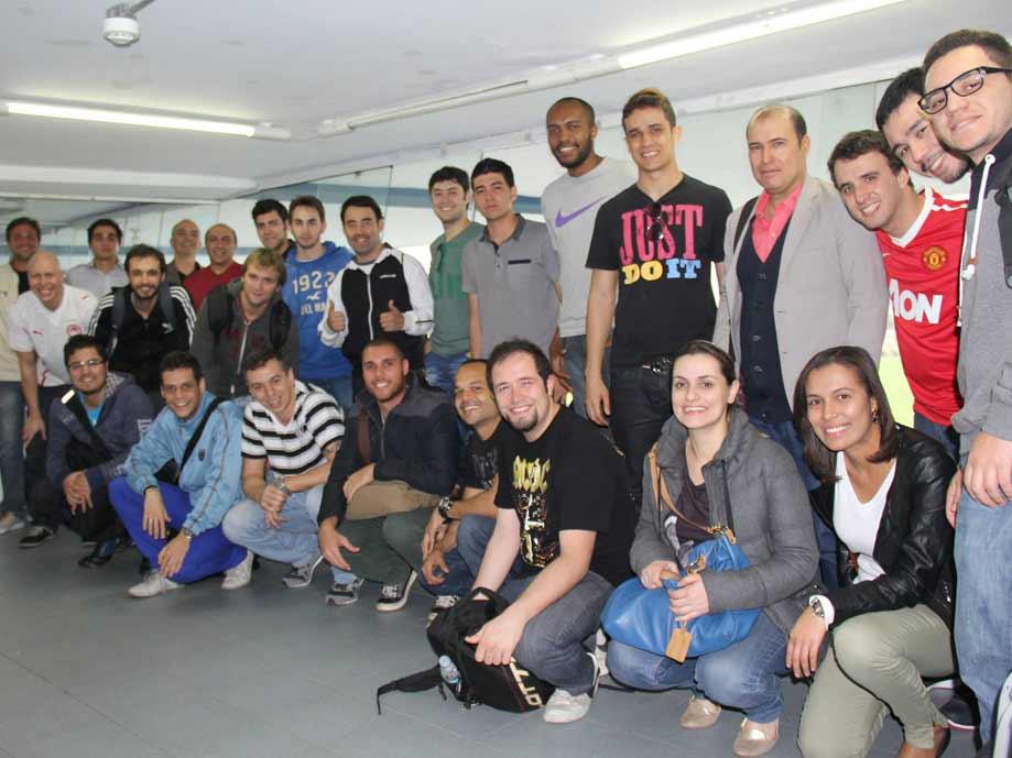 Turma reunida durante tour guiado pelo Estádio do São Caetano FC