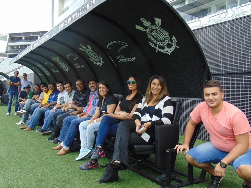 Alunos no banco de reserva na Arena Corinthians